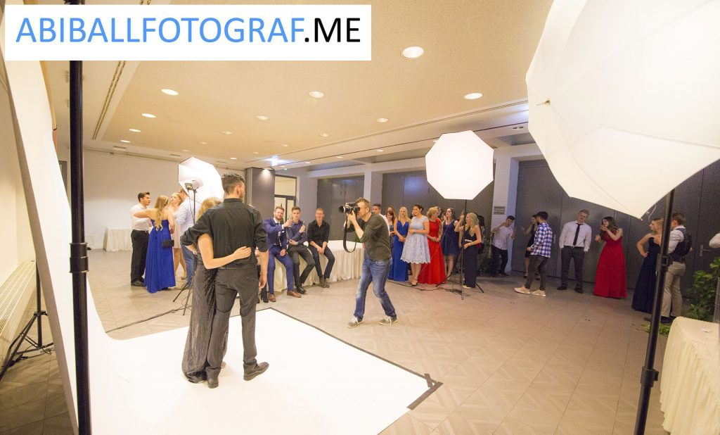 Unser Fotograf mit mobilem Fotostudio in Aktion auf einem Abiball.